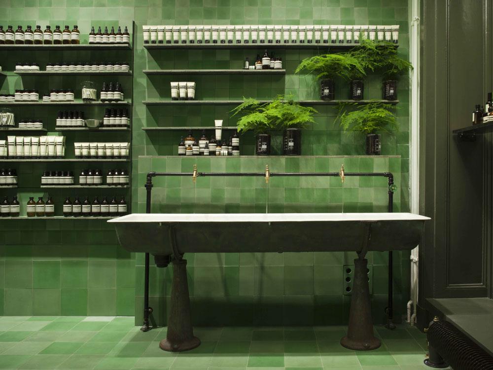 Grüne Kacheln, alte Waschbecken: Der neue Aesop-Store in Berlin Mitte. Credit: Aesop