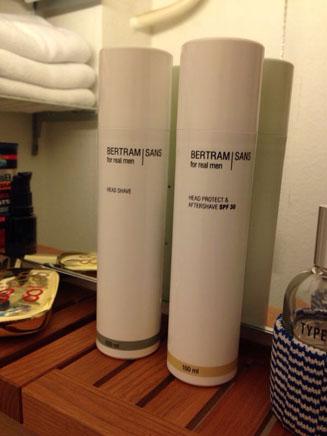 Was wir hier sehen ist ein Teil von Bernds Badezimmer - und Produkte für echte Kerle von Bertram Sans. Copyright by Bernd