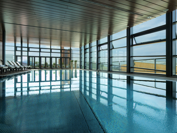 Der 15-Meter-Pool im Club Olympus Spa & Fitness I'm Grand Hyatt in Berlin. Der Ausblick ist gigantisch. Foto: Grand Hyatt Berlin
